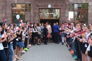 Professeurs arméniens francophones et professeurs français assurent ensemble l'enseignement auprès des élèves.